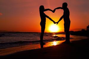 Paar am Strand bei Sonnenuntergang